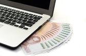 笔记本电脑键盘和金钱 — 图库照片