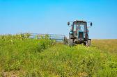 Viejo tractor siega de maíz en el campo — Foto de Stock