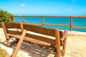 Lonely bench on a viewing platform with views of the sea — Stock Photo