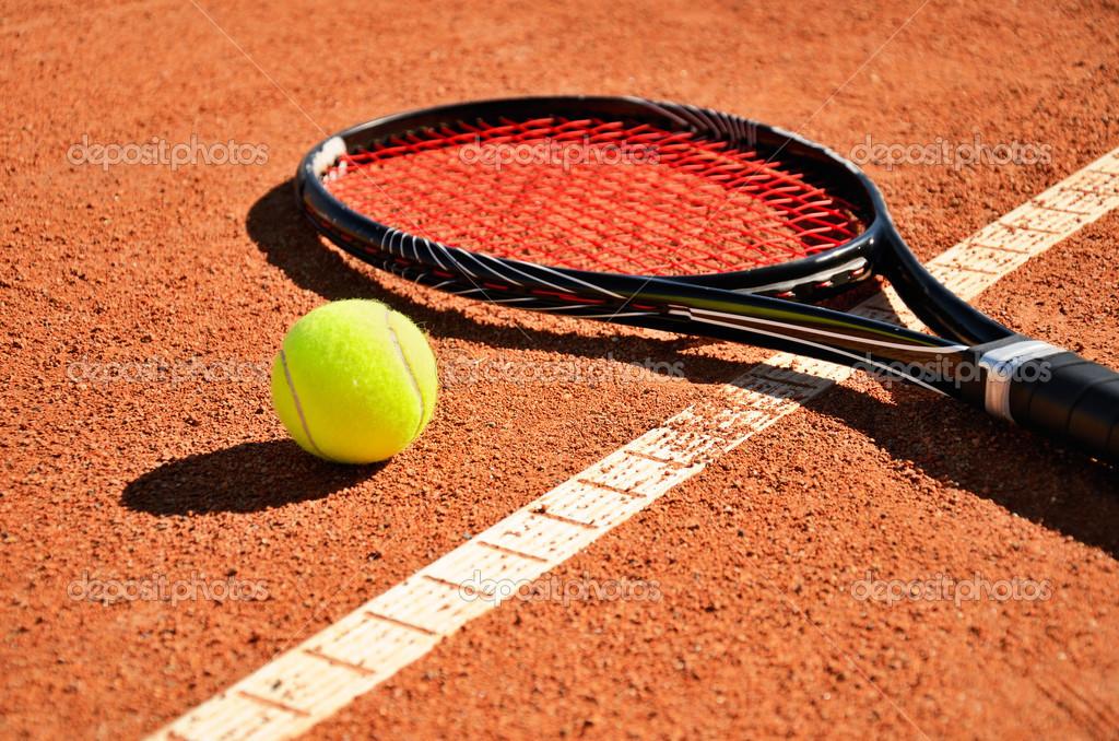 Raquette et balle de tennis est sur le terrain de tapis for Prix terrain de tennis