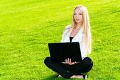 Femme d'affaires assis sur l'herbe — Photo