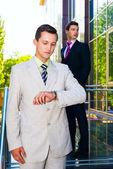 ビジネスマン探して時計 — ストック写真
