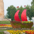 The ship created from flowers in the park — Stock Photo