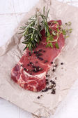 Sirloin steak with rosemary and thyme — ストック写真