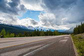 Road with cloudy and snow mountain — Stock Photo
