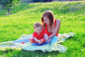 Mom and daughter, picnic, summer.Spring,light,fresh,bright,magical,amazing,blue-eyed,luscious.Harmony with the world.Open to the world.Gratitude to life. freedom, lightness, love, joy.Girl on nature. — Foto Stock