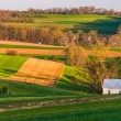 Home and barn on the farm fields and rolling hills of Southern Y — Stock Photo
