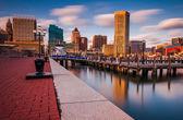 Long exposure of the Baltimore Skyline and Inner Harbor Promenad — Stock Photo
