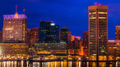 View of the Baltimore Inner Harbor and skyline during twilight f — Stock Photo