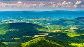 Nuvens lançam sombras sobre os montes apalaches e shenandoa — Foto Stock