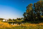 Damm och träd på en gård på landsbygden york county, pennsylvania. — Stockfoto