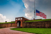Summer storm clouds and American flag over Fort McHenry in Balti — Stock Photo