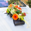 Wedding flower decoration on the car — Stock Photo