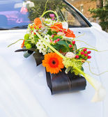 Wedding flower decoration on the car — Foto Stock