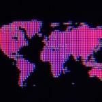 黑色背景上的粉红色像素世界地图 — 图库照片