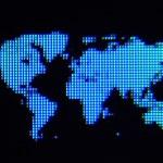 黑色背景上的蓝色像素世界地图 — 图库照片