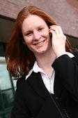 Imprenditrice sorridente, parlando al telefono — Foto Stock