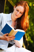 A young woman reading a book — Foto Stock