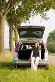 Mulher descansando em um carro aberto — Fotografia Stock
