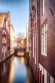 L'eau du canal et maisons à amsterdam — Photo