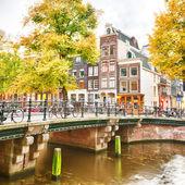 Typische Straße in Amsterdam, holland — Stockfoto