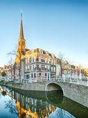 Canal de água e uma torre na holanda — Foto Stock