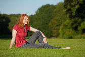 Young woman relaxing outdoors — Stockfoto