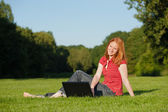 ノート パソコンと魅力的な女性 — ストック写真