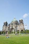 ベルリン大聖堂の前に芝生の上の人々 — ストック写真