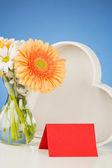 Láska koncepce - květiny a srdce — Stock fotografie