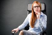 Empresaria en el pensamiento de una silla — Foto de Stock