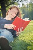 Donna che legge in un parco di città — Foto Stock