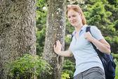 Mujer joven caminatas al aire libre — Foto de Stock