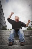 Lycklig man arbetar — Stockfoto