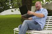 Heureux homme travaillant dans un parc — Photo