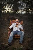Homme louche dans un fauteuil vintage — Photo