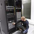 Foto Stock: IT Consultant Maintains Backup in Datacenter