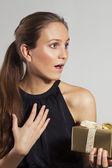 Ung flicka får julklapp — Stockfoto