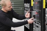 それコンサルタントはデータ センター内のブレード サーバーを維持します。 — ストック写真
