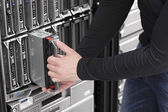It-ingenieur pflegen blade-server im rechenzentrum — Stockfoto