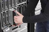 It エンジニア データ センター内のブレード サーバーを維持します。 — ストック写真