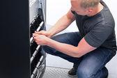 Teknikern behålla ups batteri enheter — Stockfoto