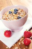 Bol de muesli con frutas frescas y leche — Foto de Stock