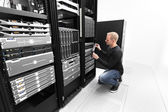 It consultant working with SAN in datacenter — Foto de Stock