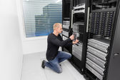 It consultant working in datacenter — Stock Photo