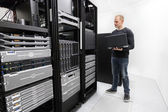It technician monitors data center — Foto de Stock