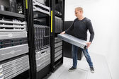 Woring IT consultant install rack server — Foto de Stock