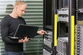 Het consultant werken met servers — Stockfoto