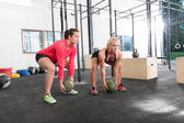 Two women lifts crossfit slam balls — Stock Photo
