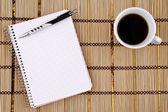 Taza de café, bloc de notas y bolígrafo. — Foto de Stock